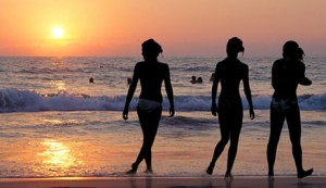 sunrise_3_girls_students_walk_beach_malaga_440